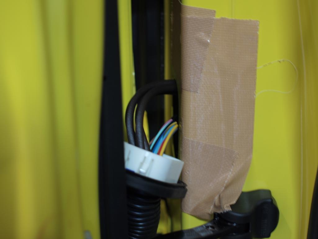 スピーカーケーブル ドア内部へ通線