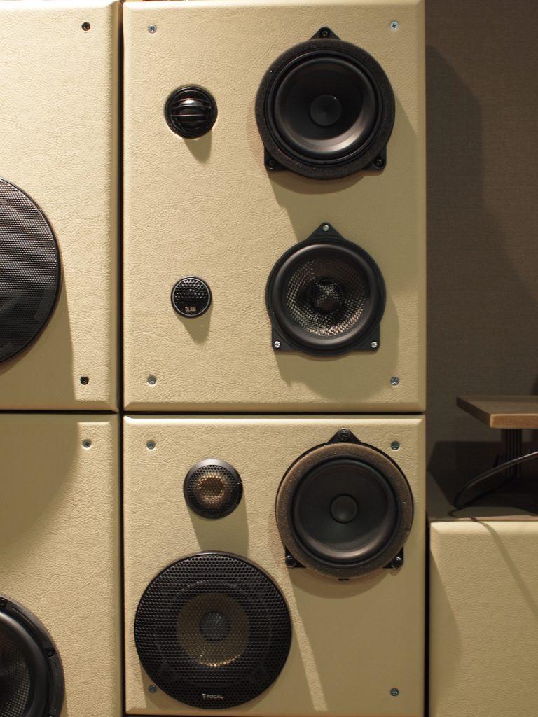 メルセデス・ベンツ、BMW用スピーカー試聴機