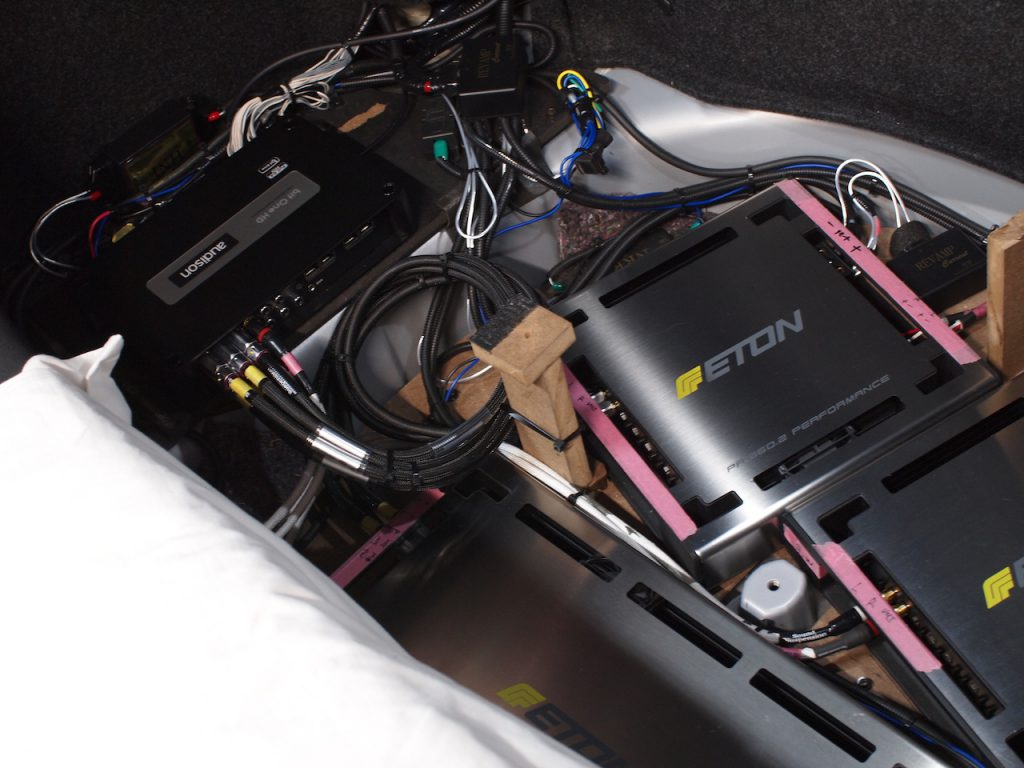 フーガトランク下部に取り付けているアンプとプロセッサー