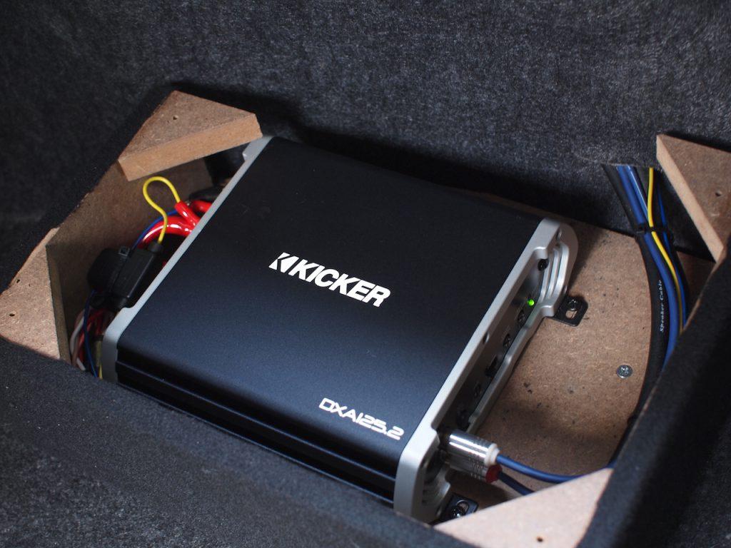 コンコースのトランクに取り付けているキッカーのアンプ