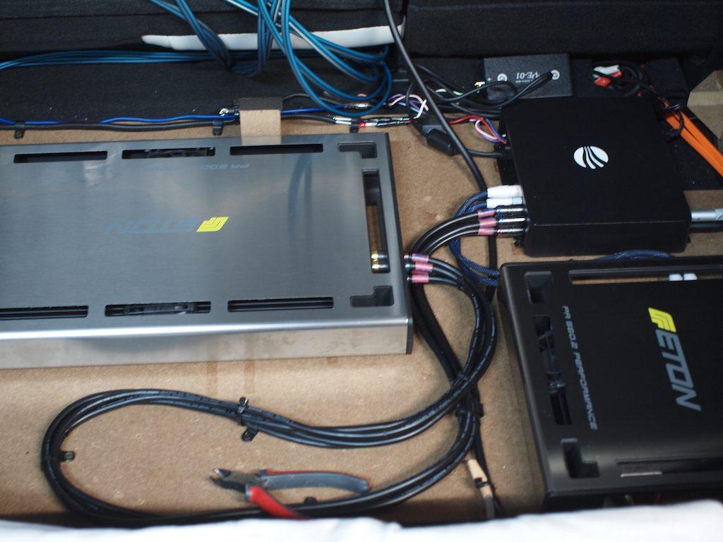 CX−3トランク下部のアンプ取り付け