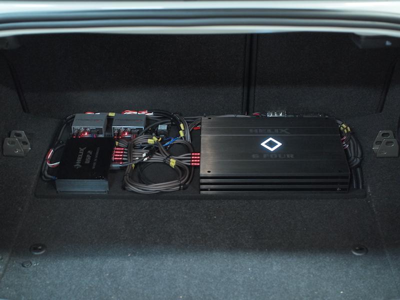 BMWトランクにプロセッサーとアンプ取り付け