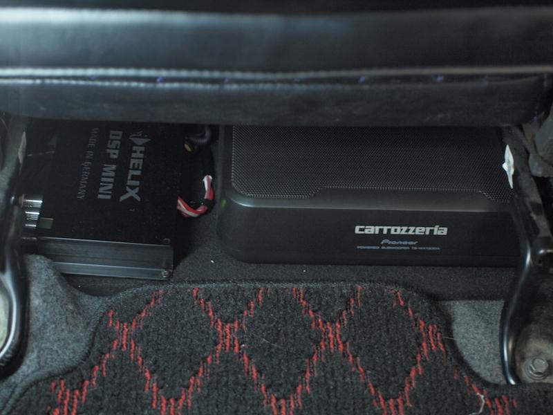 ステラの運転席下にカロッツェリアのパワードサブウーファーとヘリックスのプロセッサー取り付け