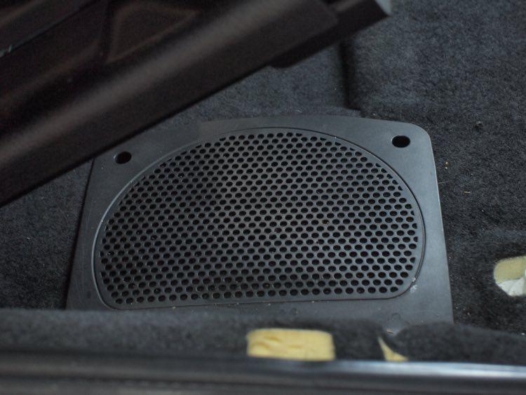 BMWシート下ウーファー交換