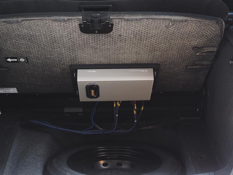 メルセデストランクボードにアンプ取り付け