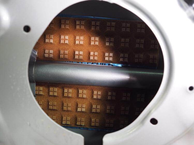 スピーカー背面部にレアルシルトディフュージョンを貼り付けて吸音拡散