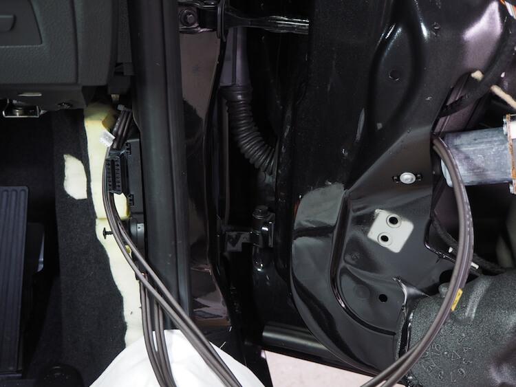 BMW_M2 スピーカーケーブルを純正チューブ内を通す