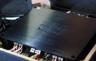 BMW M2 にヘリックスのアンプ内蔵プロセッサー取り付け