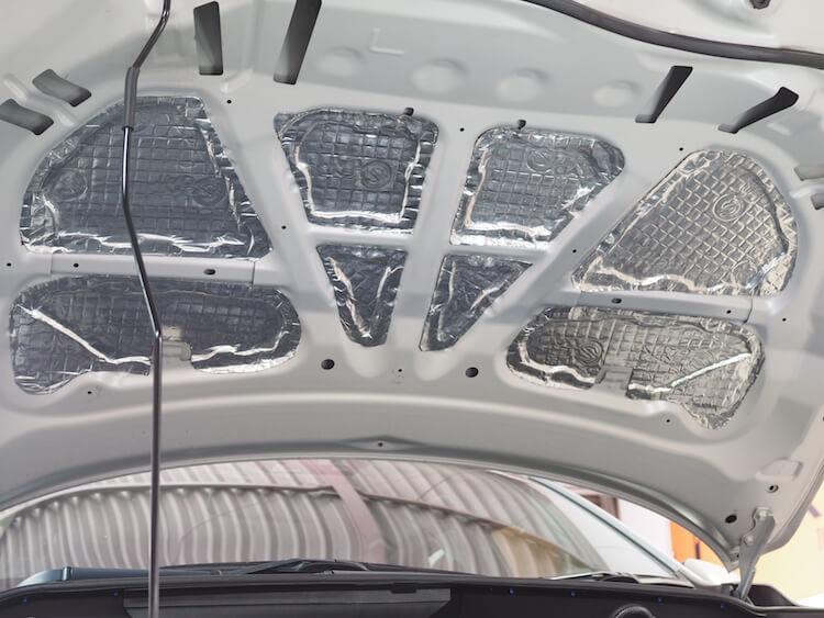 マツダCX3のボンネット裏側に制振シート貼り付け