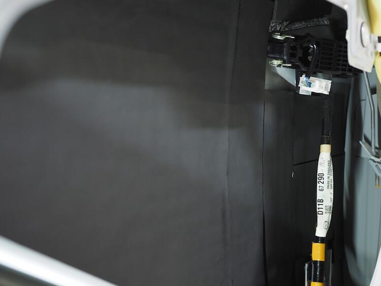 マツダ CX−3 フロントドアアウターパネルに遮音シートを貼り付け