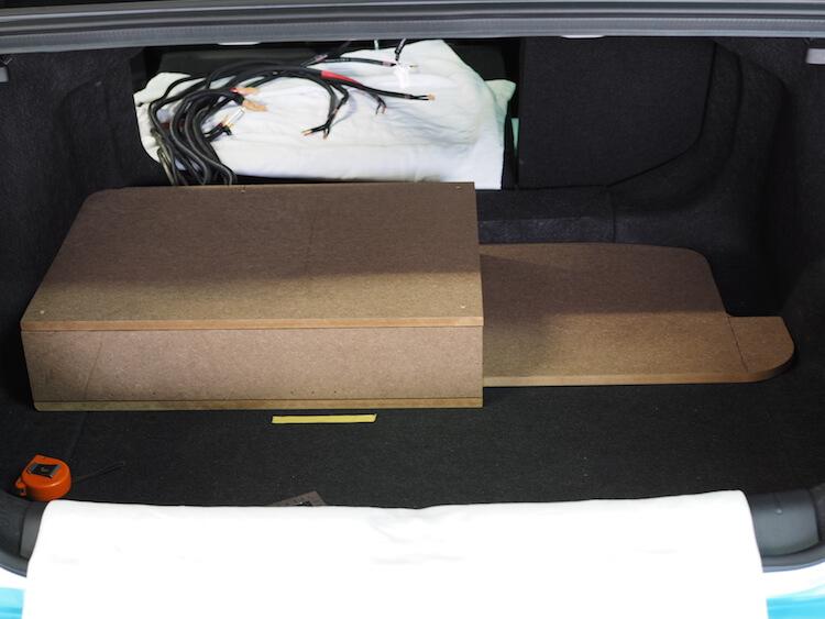 シビックのトランクにプロセッサーとアンプを取り付けるためのボックス