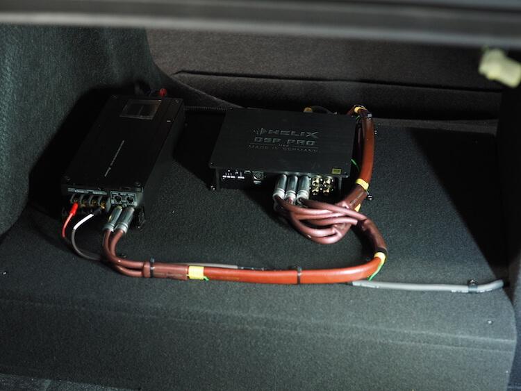 シビックのトランクにプロセッサー取り付け
