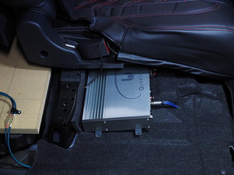 ムーヴ後部座席下にフェリソニのアンプを取り付け