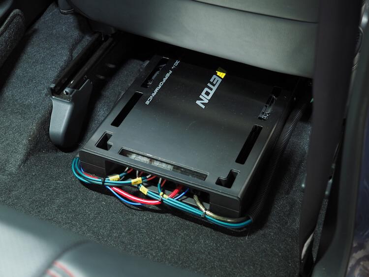 ムーヴの運転席下にイートンの外部アンプPA800.4を取付