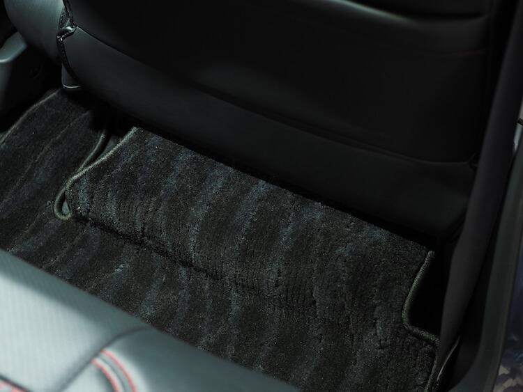 後部座席足元にアンプのカバー制作