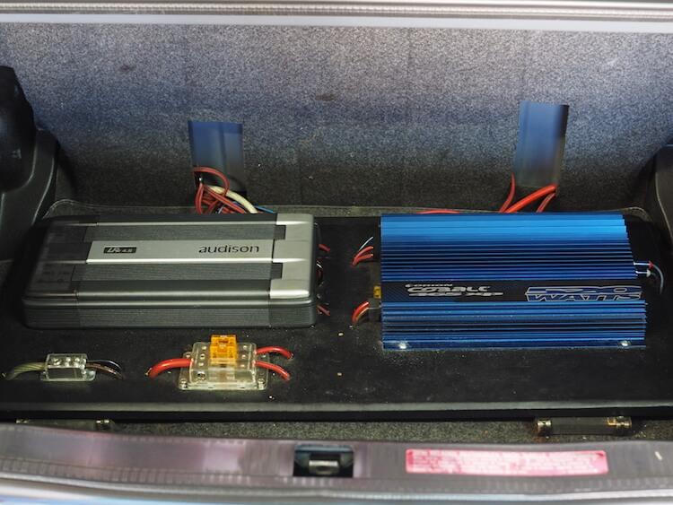 メルセデスベンツのトランクに取り付けられたアンプ