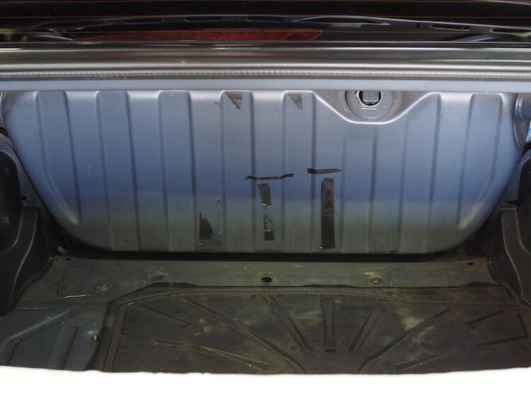 メルセデスベンツのトランクに取り付けられたアンプの取り外し