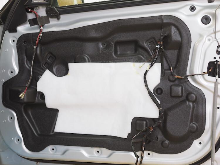 BMW_528iのドア内部スピーカーケーブル