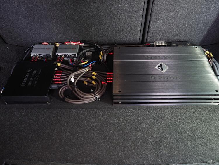 BMW235iのトランクに取り付けられているアンプとプロセッサー
