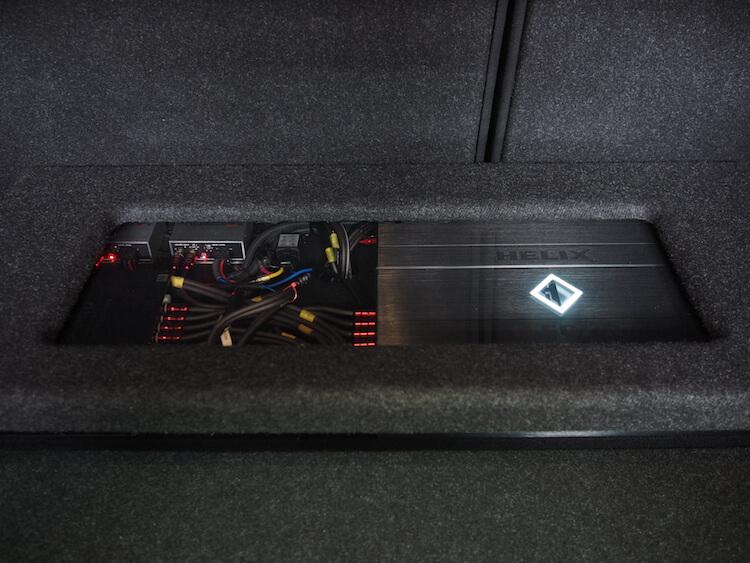 BMW235iのトランクに取り付けられているアンプとプロセッサー用にカバー制作