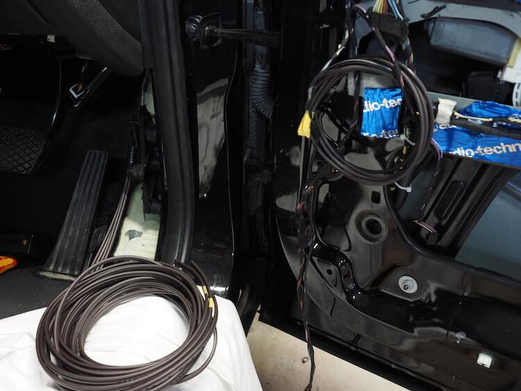 BMW_X3のドア内部にスピーカーケーブルを引き込む