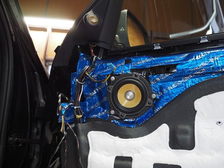 BMW_X3のドア内部にスピーカーケーブルを引き込み終えたのでミッドスピーカー取り付け