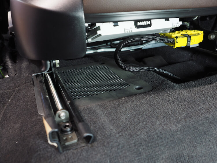 BMW_X3のシート下ウーファーユニット