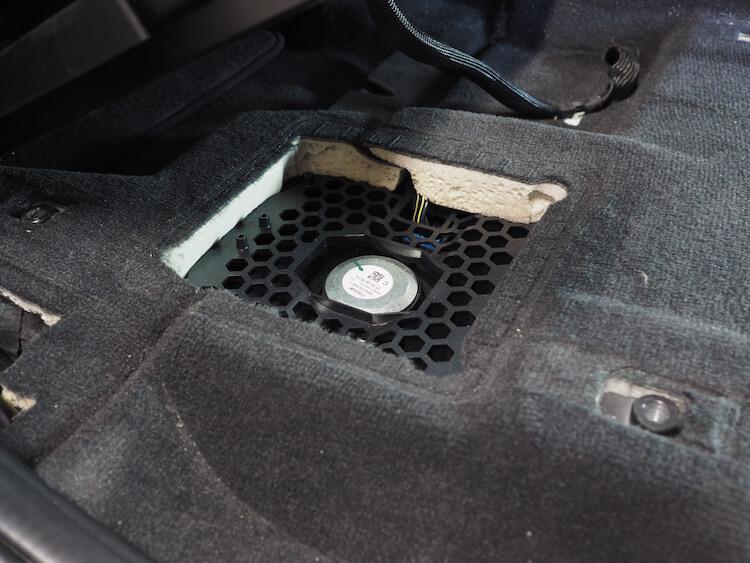 BMW_X3の運転席下ウーファーグリルを取り外し