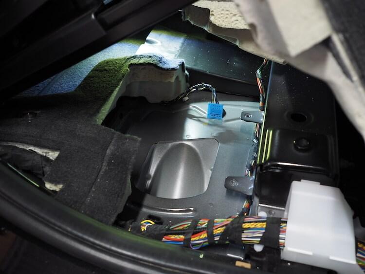 BMW_X3の運転席下ウーファー取り外し