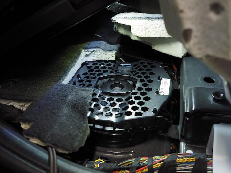 BMW_X3の運転席下ウーファーをフォーカルに交換