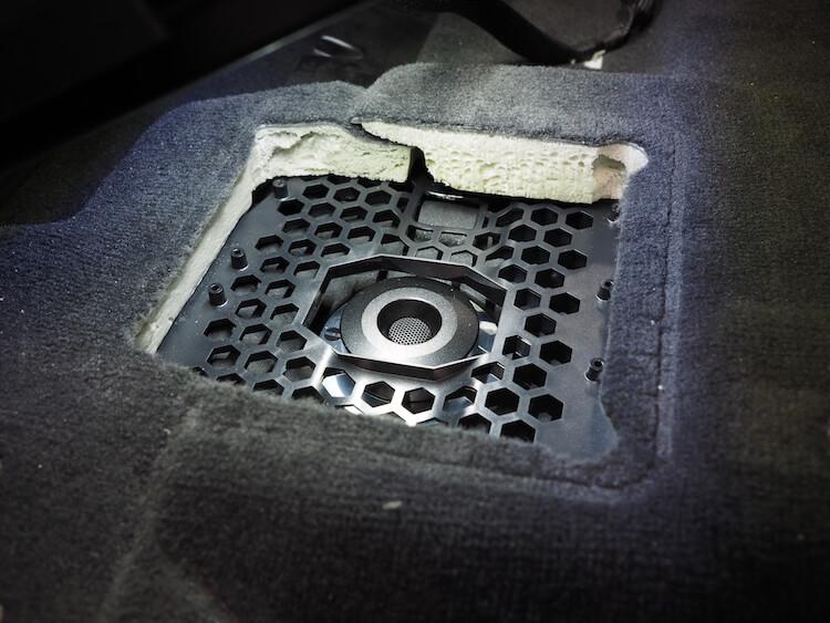 BMW_X3の運転席下ウーファーをフォーカルに変更