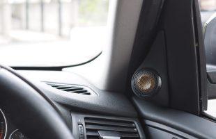 BMW X3 アンプ内蔵プロセッサー取付とシート下ウーファー交換作業