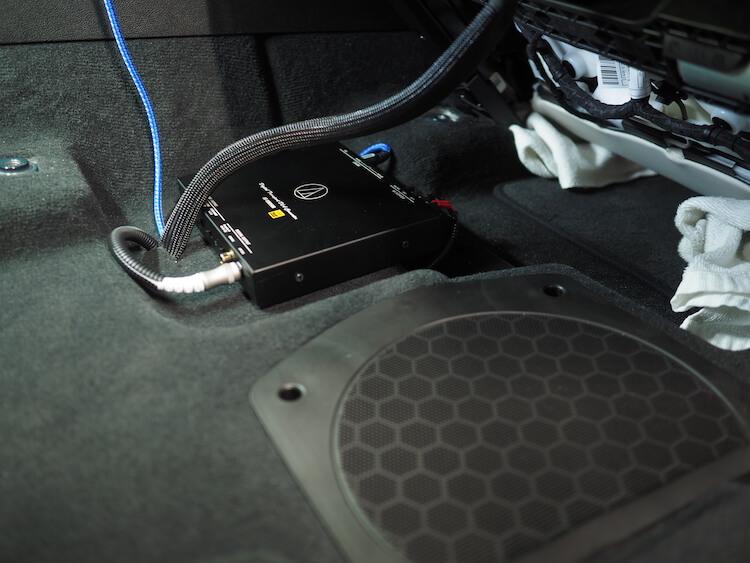 BMWアルピナXD3のシート下にオーディオテクニカのデジタルトランスポーター取り付け
