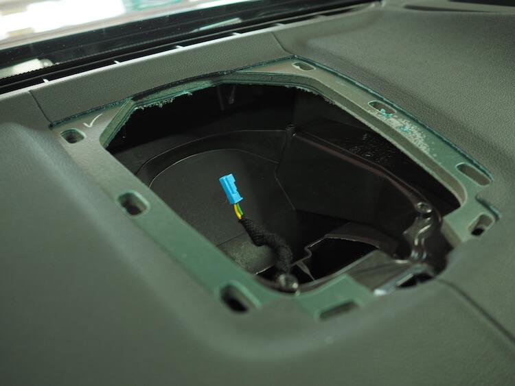 BMWアルピナXD3のセンタースピーカー取り外し