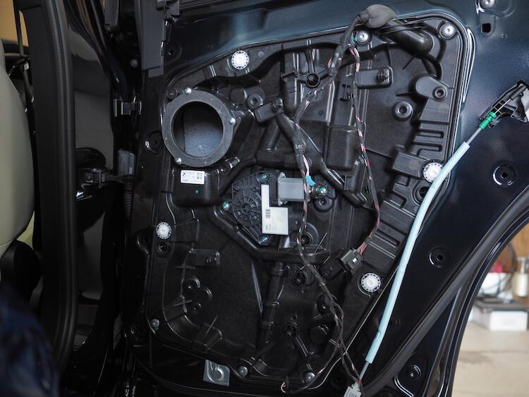 BMWアルピナのリアドア内部にある吸音フェルト取り外し
