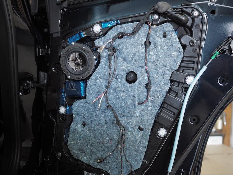 BMWアルピナのリアドアにブラムのミッドレンジスピーカー取り付け