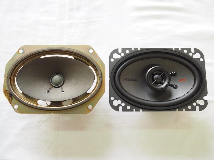 日産フェアレディZのリアスピーカーとキッカーのオーバルスピーカーを比較