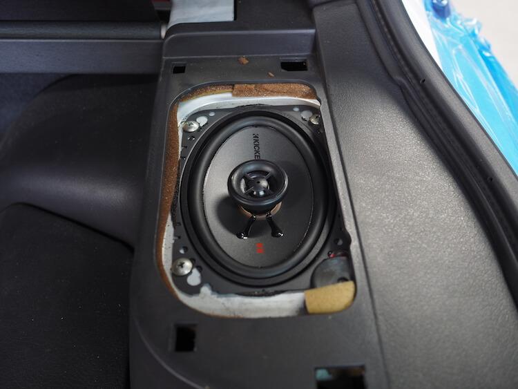 日産フェアレディZのリアにキッカーのオーバルスピーカーを取り付け