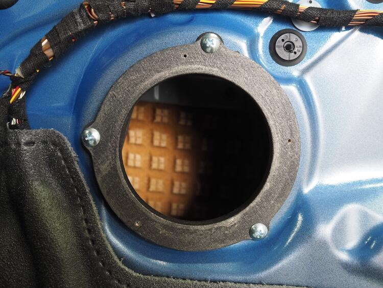 BMW2シリーズF23のミッドレンジスピーカー用のインナーバッフル取り付け