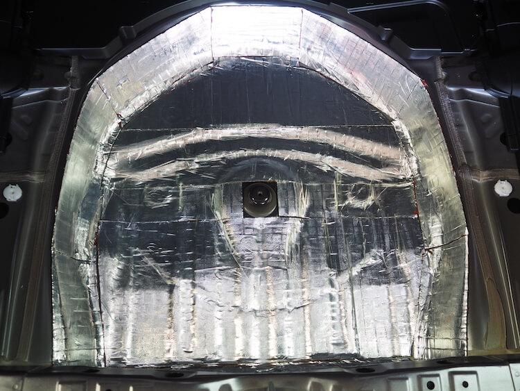 スバルインプレッサスポーツのトランク下に制振材を貼り付け