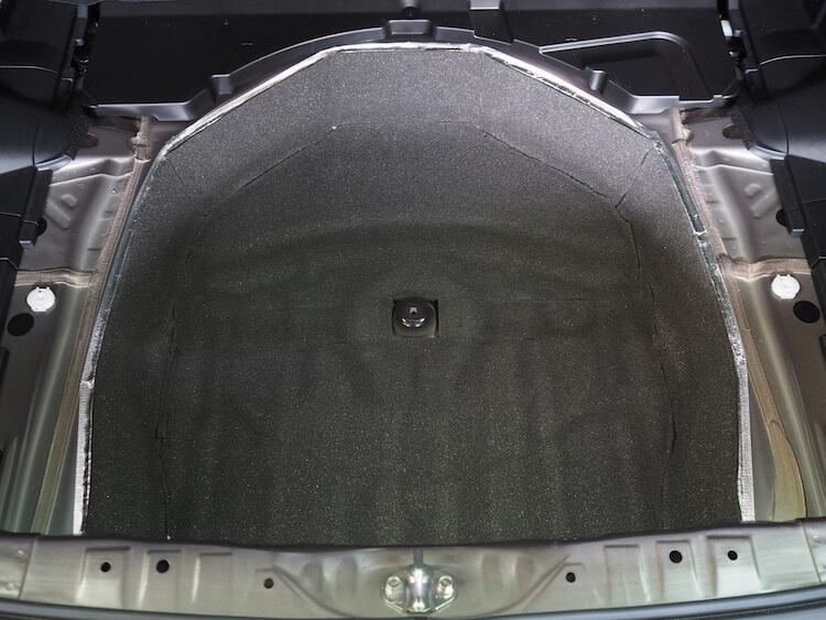 スバルインプレッサスポーツのトランク下に制振材を貼り付けその上に吸音材を貼り付け