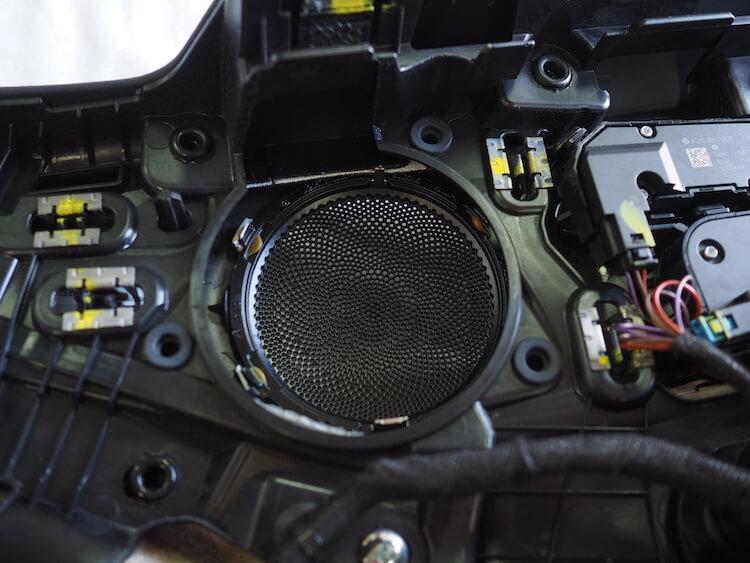 メルセデスベンツC200_W205のドアミッドレンジスピーカー取り外し