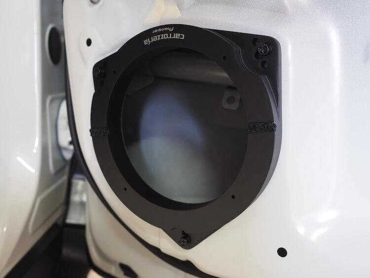 トヨタC-HRのフロントドアにカロッツェリアのインナーバッフル取り付け