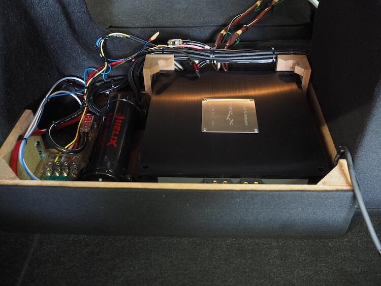 シビックのトランクに取り付けているアンプとプロセッサー