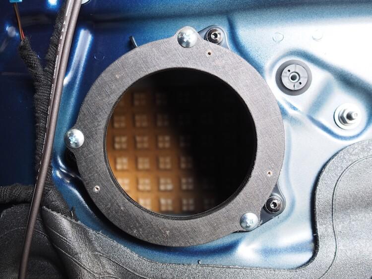 BMWX2のドアにインナーバッフル取り付け