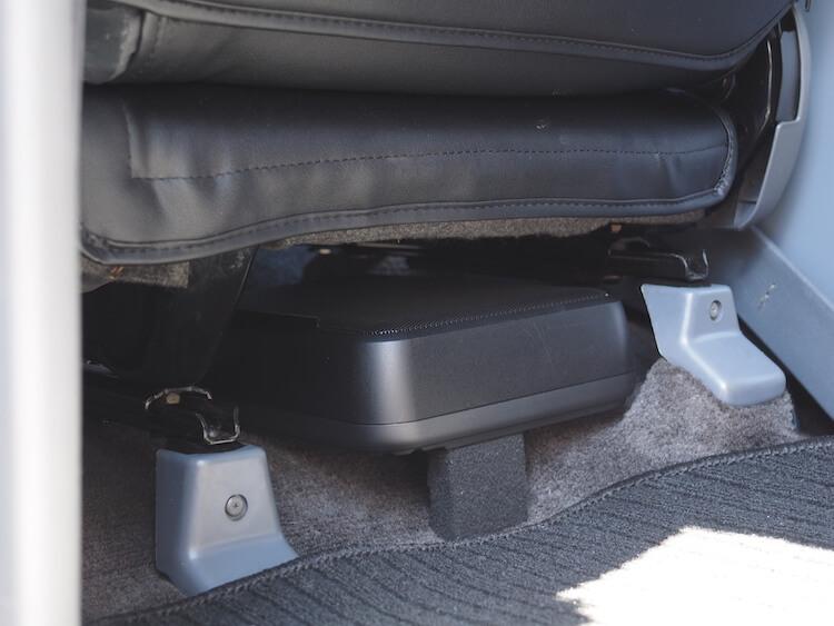 トヨタランクルの助手席下にパワードサブウーファー 取り付け