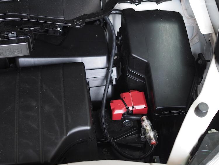 日産エルグランドのトランクに取り付けたサブウーファー用アンプのための電源