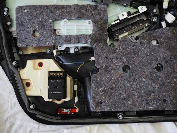 トヨタマジェスタのドア内部にパッシブクロスオーバーを取り付け