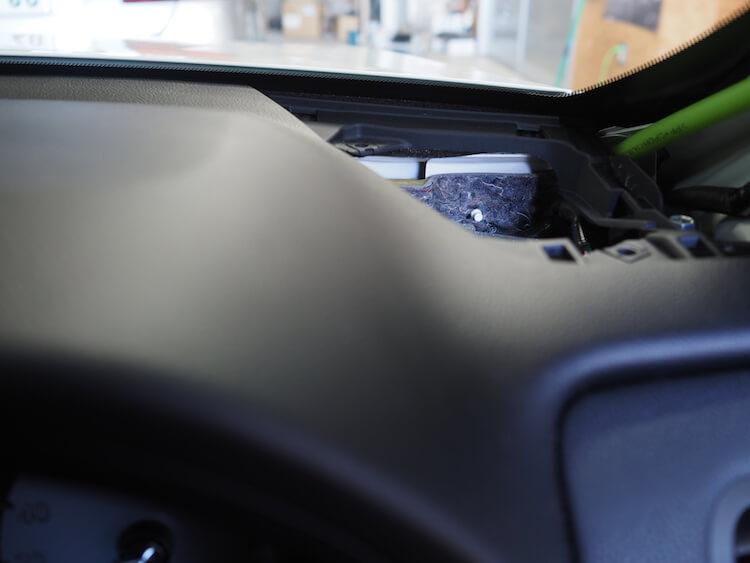 トヨタマジェスタのダッシュボード上にある純正ツィーターを取り外し