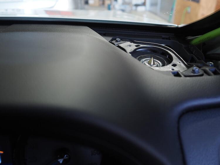 トヨタマジェスタのダッシュボード上にカロッツェリアのツィーターを取り付け
